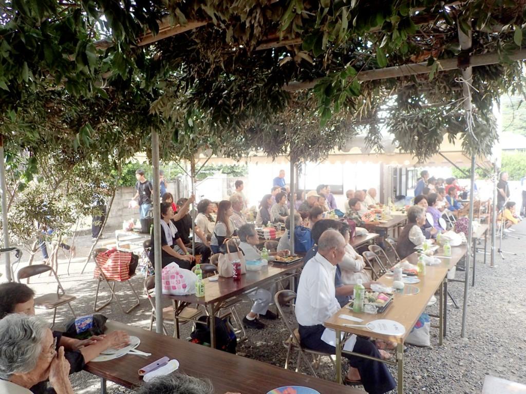 加計呂麻島西阿室のテンテン踊りを見る人たち