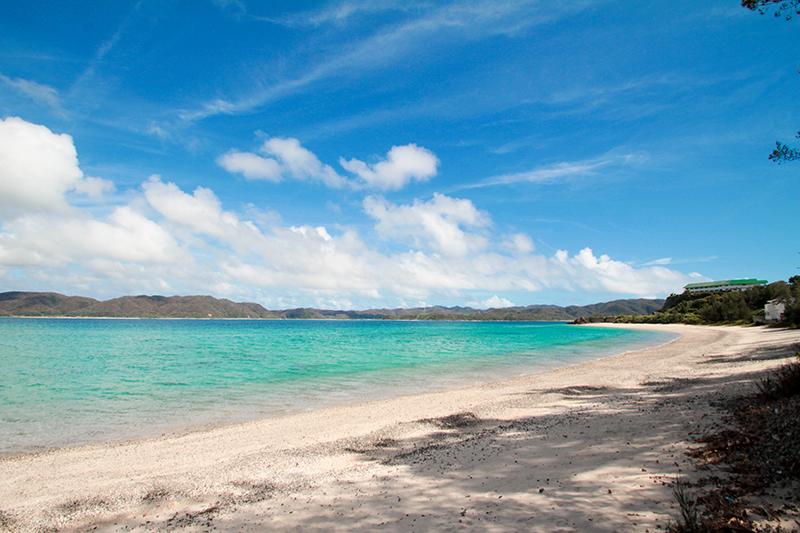 白い砂浜とエメラルドブルーの海、倉崎海岸