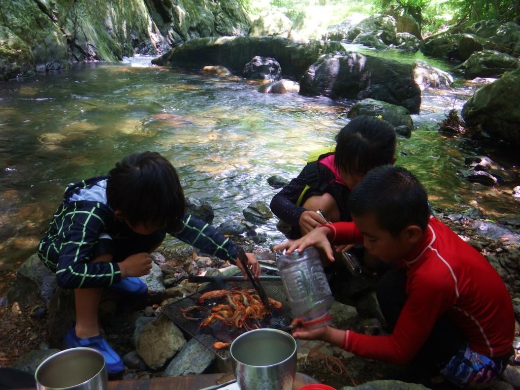 奄美「チルチルCafe」の野遊びツアー、自分で獲ったタナガを食べる