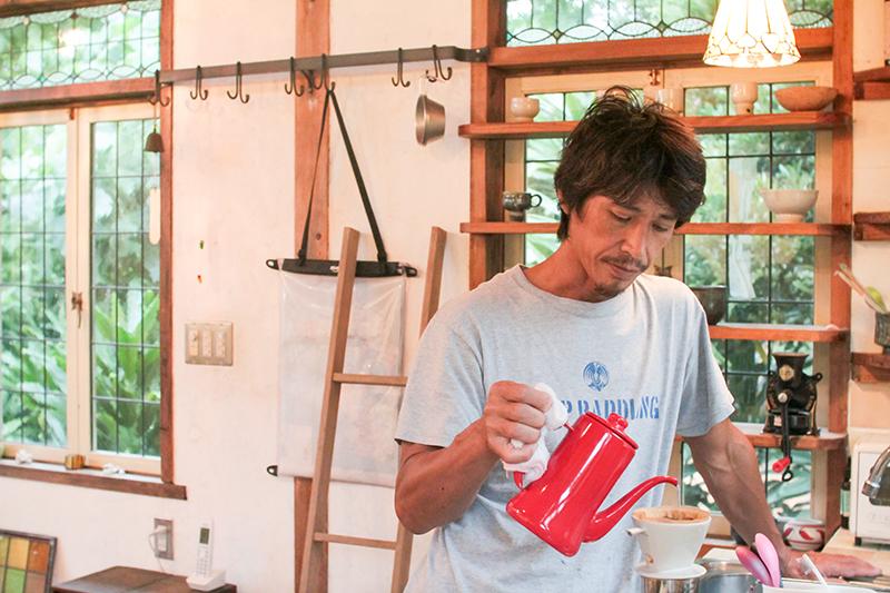 IMG_6933のコピー奄美 熊崎さんコーヒー入れる