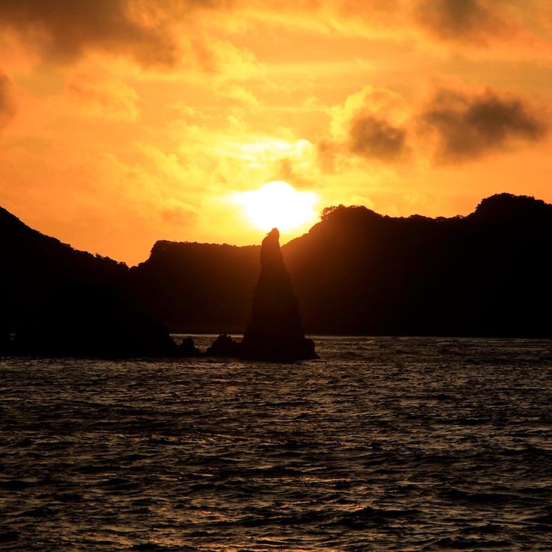 別の日に知り合いが撮ったロウソク岩の写真。天気と、時間と、角度が揃わないと見られない貴重な景色だ。