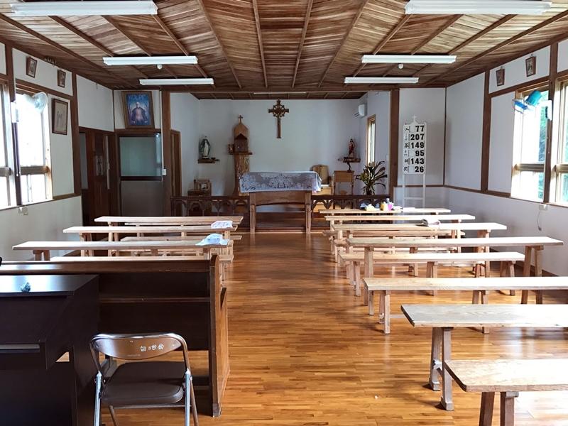 戦前に建てられた芦花部教会の内部(奄美)