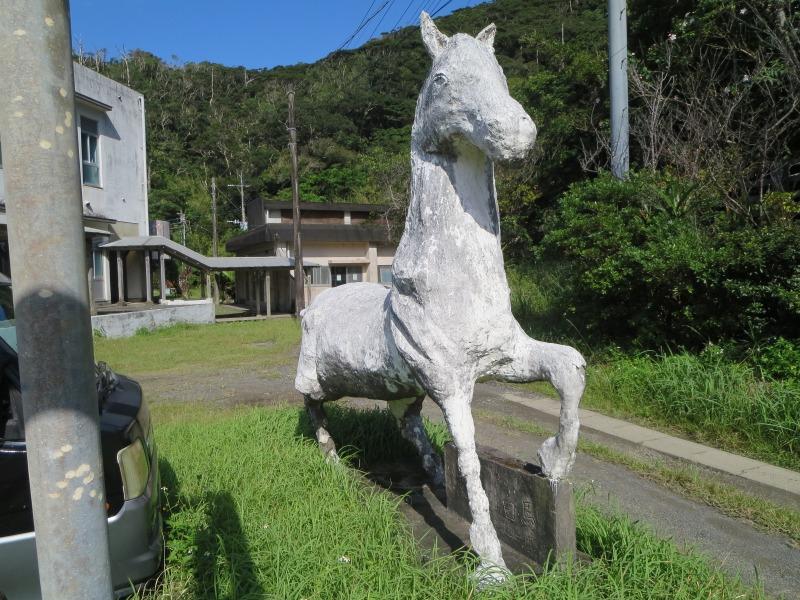 奄美住用町の東城小中学校、馬のモニュメント
