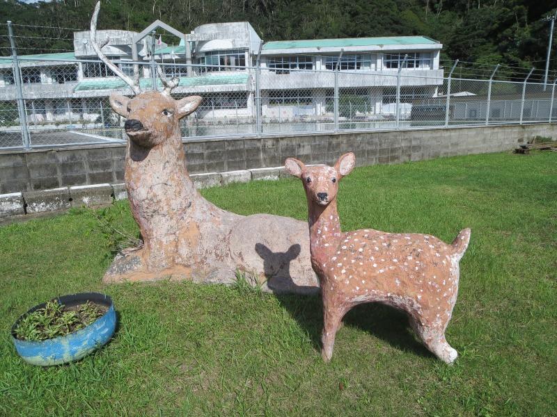 奄美住用町の東城小中学校、鹿のモニュメント