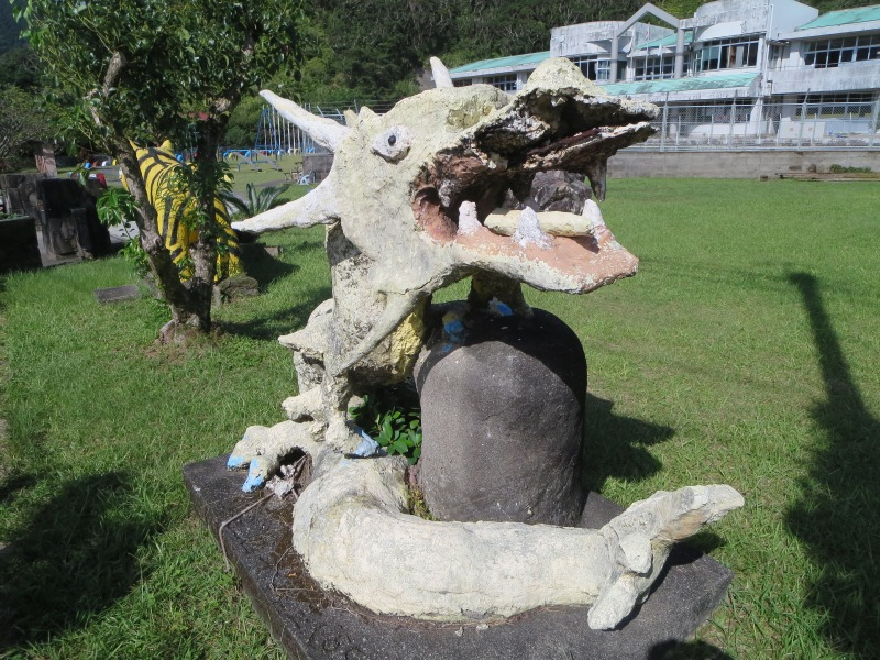 奄美住用町の東城小中学校、龍のモニュメント