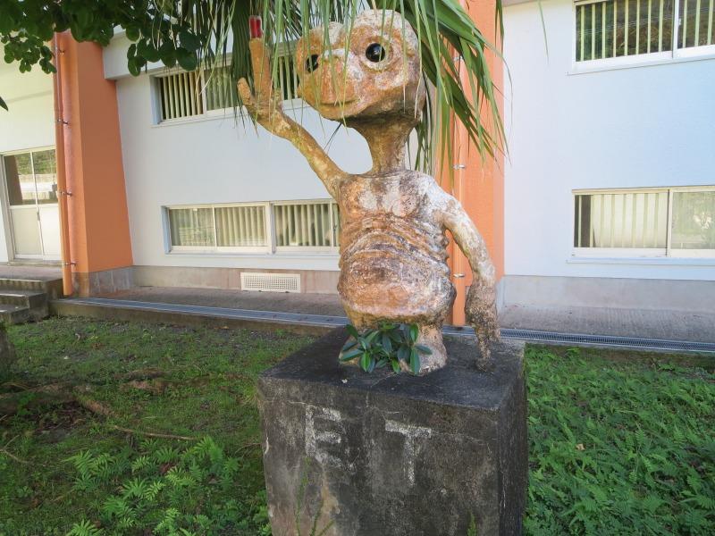 奄美住用町の東城小中学校、E.T.のモニュメント