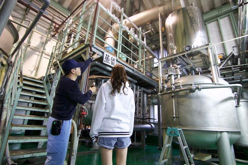黒糖焼酎の工場見学をするAKB48小嶋菜月さん