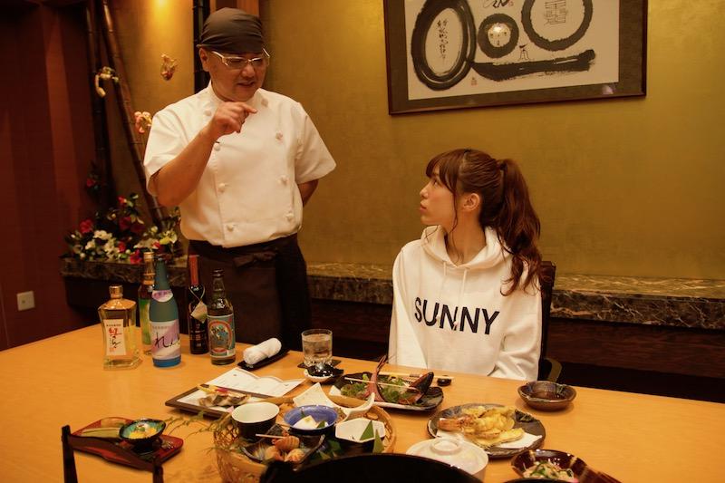 宇検食堂で食事をするAKB48小嶋菜月さん(奄美)