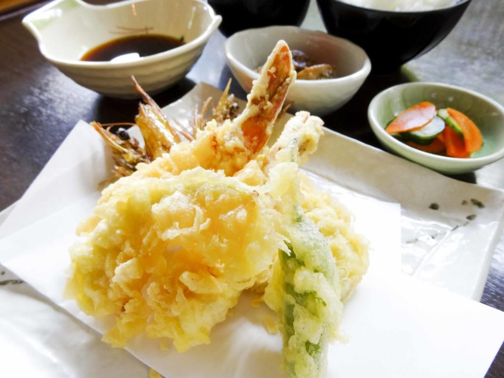 宇検食堂、地元産の新鮮な車海老天ぷら定食