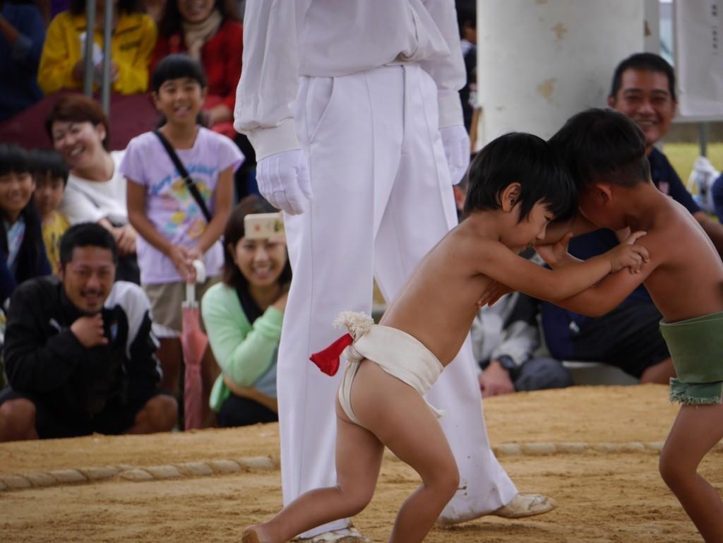 奄美市笠利町招魂祭相撲大会の子供の取組