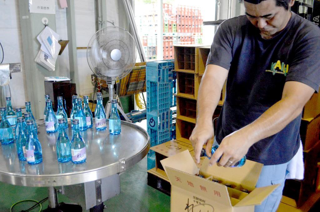 奄美大島開運酒造:黒糖焼酎の箱詰め作業