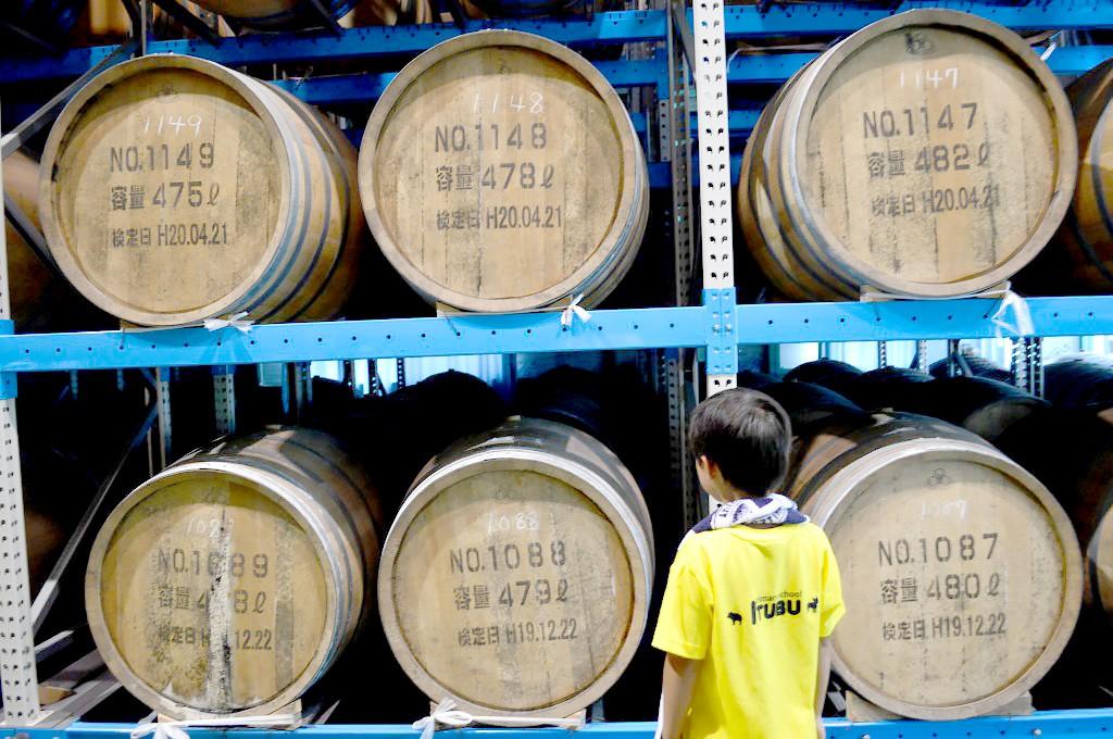 奄美大島開運酒造:黒糖焼酎「紅さんご」の樽