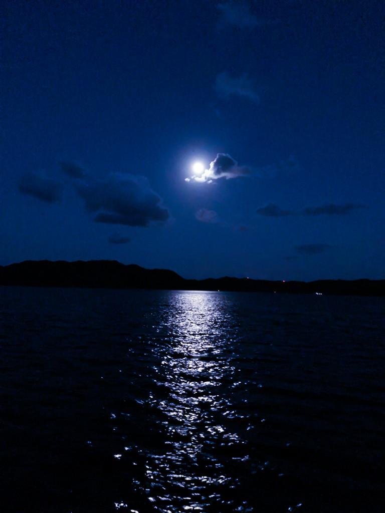 奄美ネイティブシーサンセットクルーズ夜の青い海