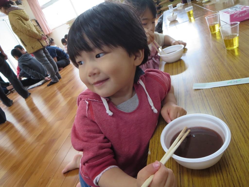 奄美ナンコぜんざいを食べる子供