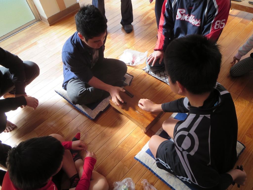 奄美の伝統遊び、ナンコで対戦中