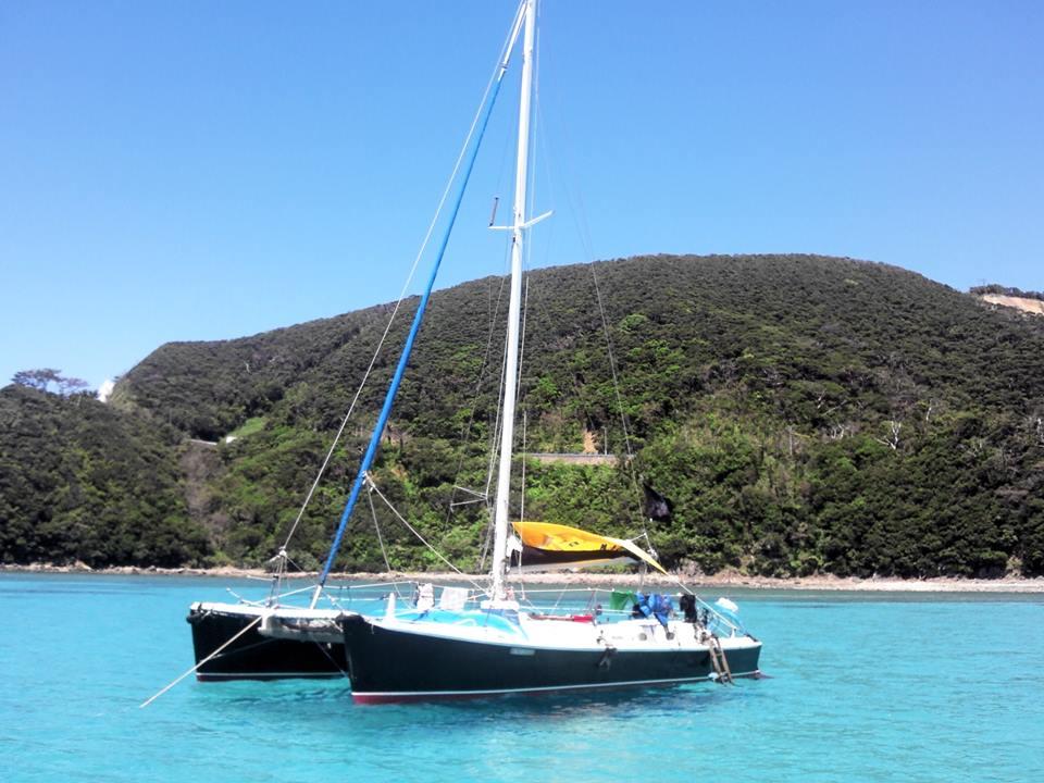 青い海に浮かぶ2艇のヨット
