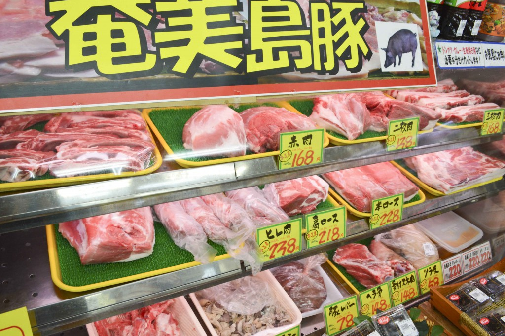 奄美のやっちゃばに並ぶ島豚