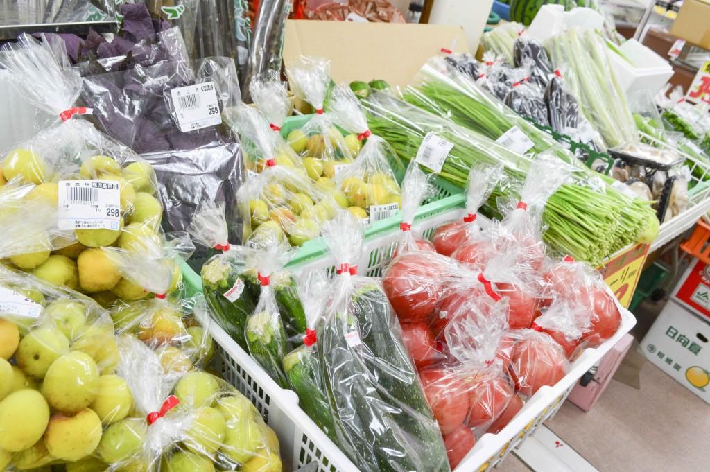 奄美のやっちゃばに並ぶ地場産の野菜