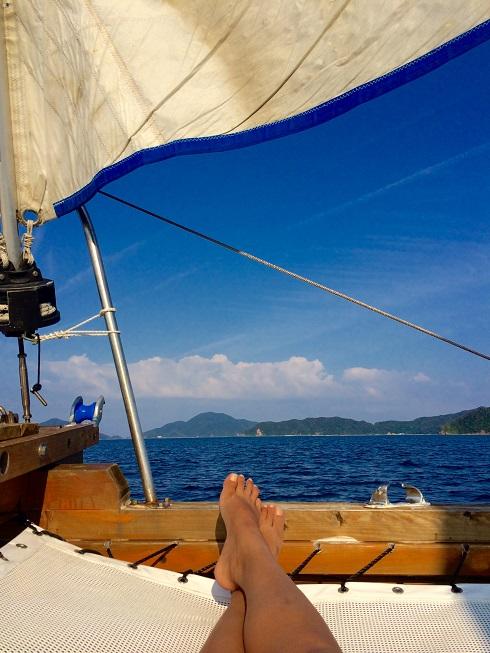 ヨットの上でくつろぐ人