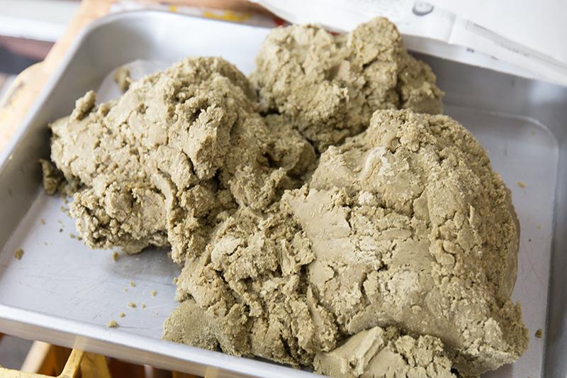 水間製糖工場:鍋かき黒糖