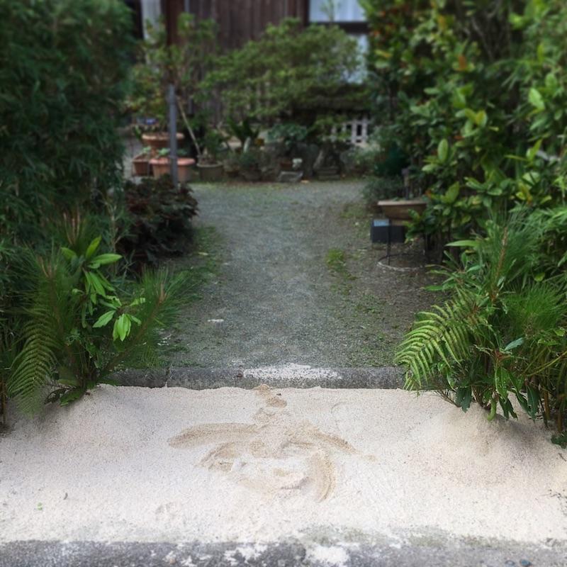 砂を盛った門松