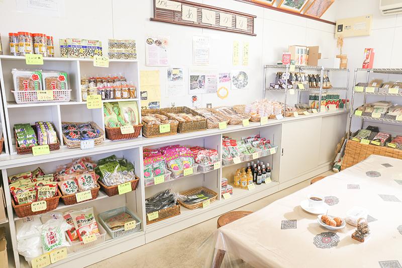 手作りの特産品が並ぶ店内