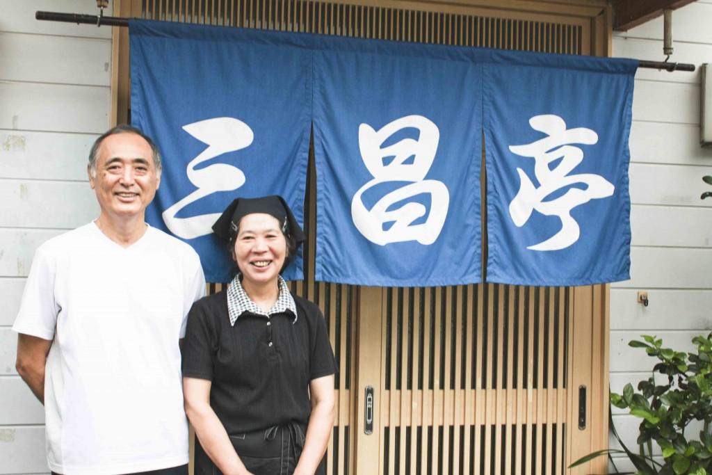 お店の前で笑顔でたつオーナー夫婦