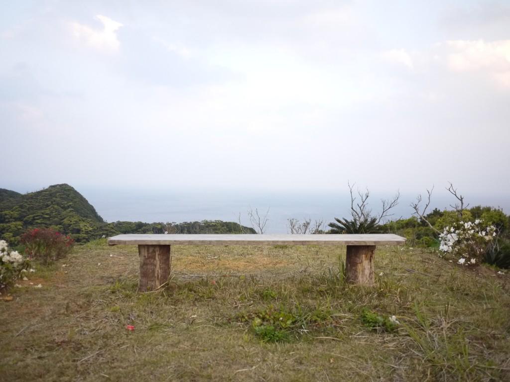 海を臨む丘にあるベンチ