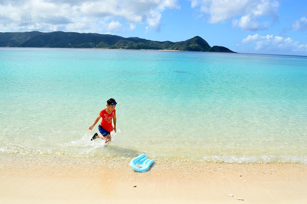 崎原ビーチの青い海