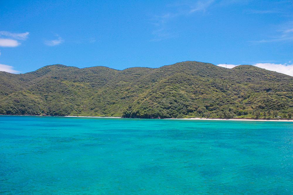 実久ビーチの青い海