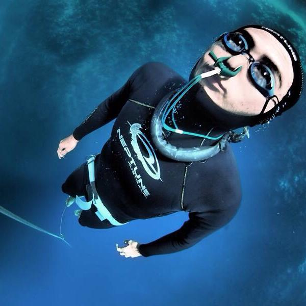 フリーダイビングで海を潜る男性