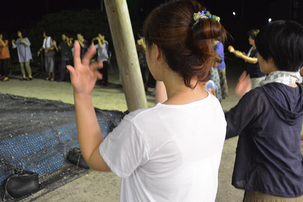 奄美大島の八月踊りを踊る人々