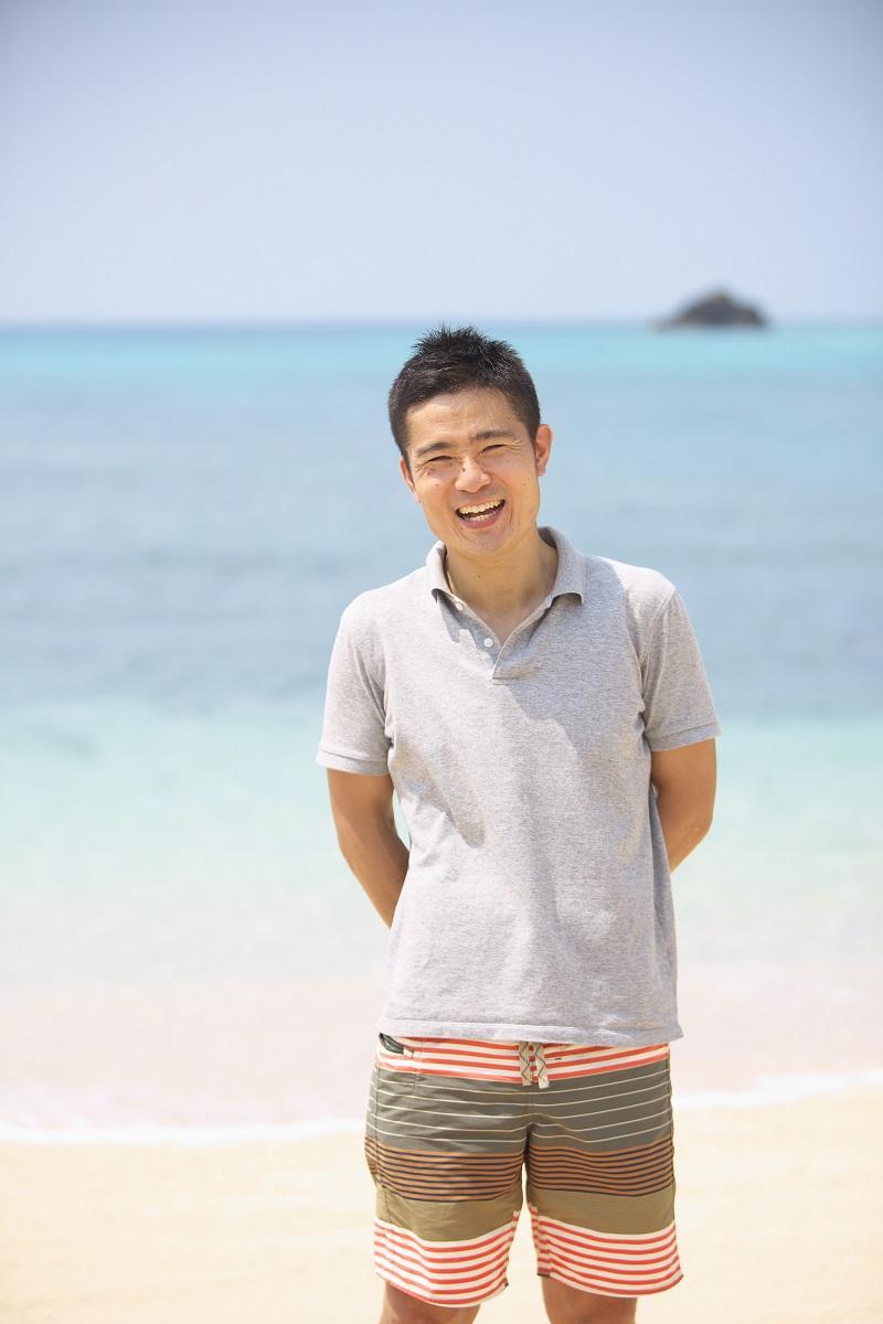 海辺で笑顔の男性