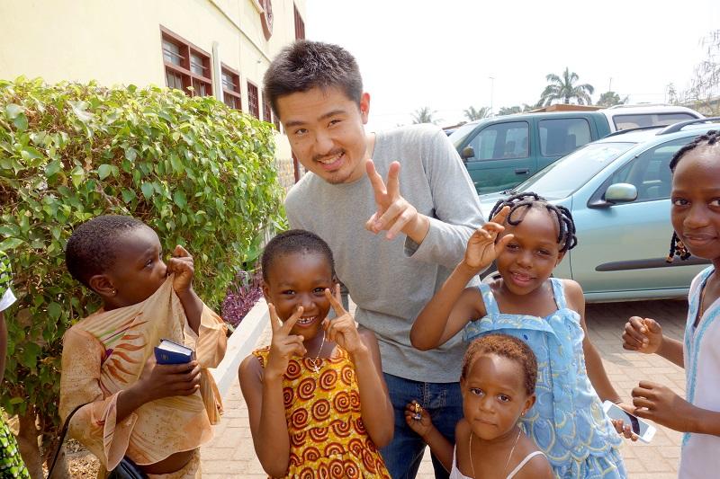 ガーナの子供と記念撮影