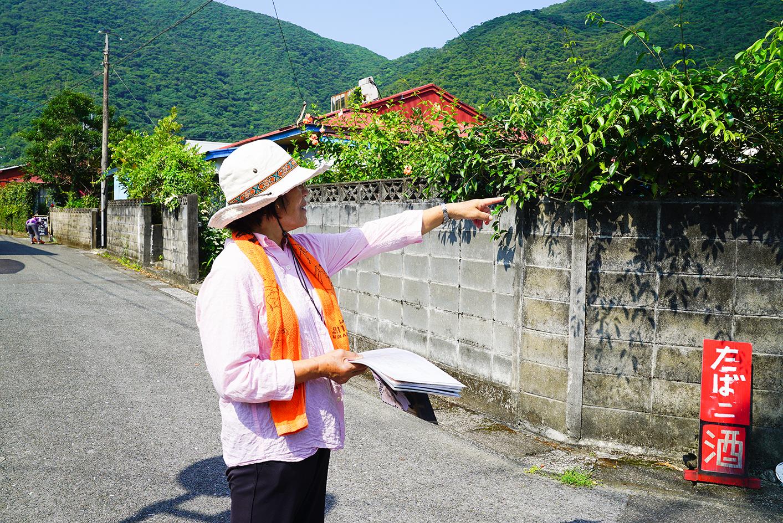 奄美市住用町を案内する女性