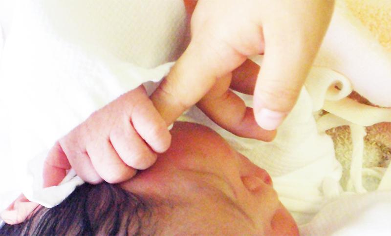 指を握る赤ちゃん