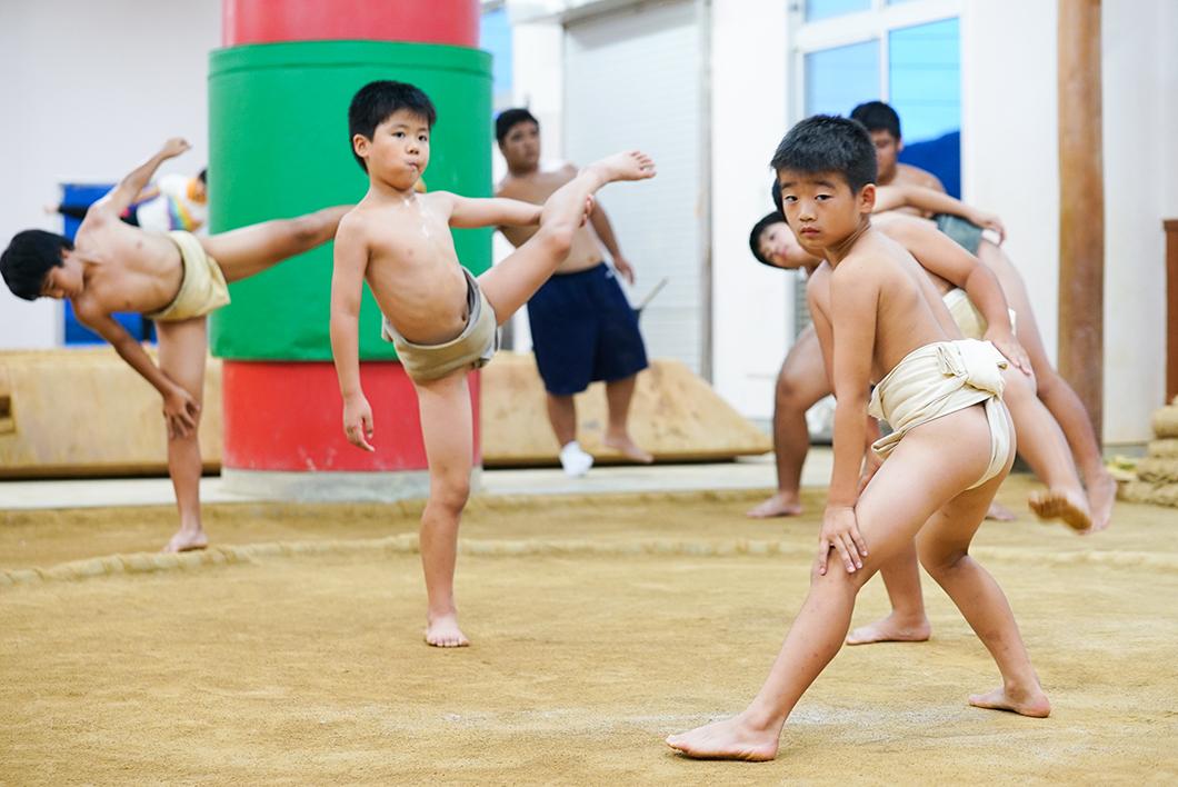住用相撲クラブ:四股を踏む子供たち