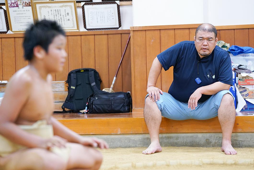 住用相撲クラブ:見守る監督
