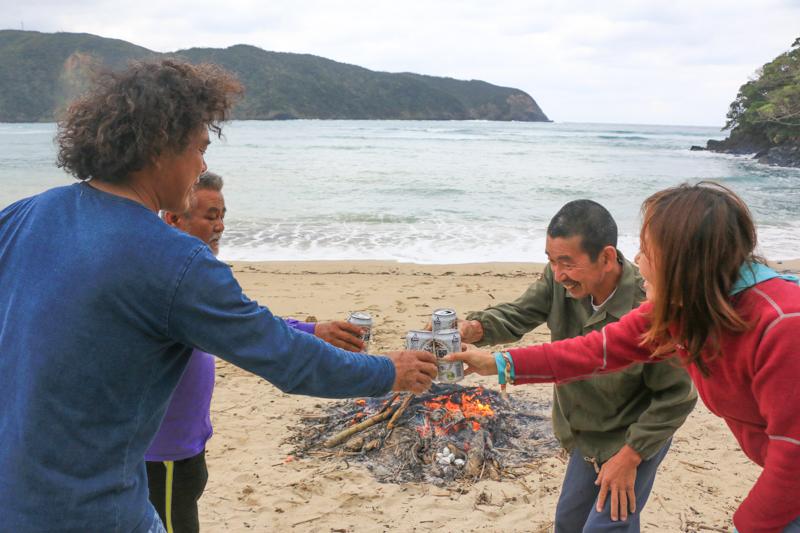 奄美の砂浜で焚火をしながらビール