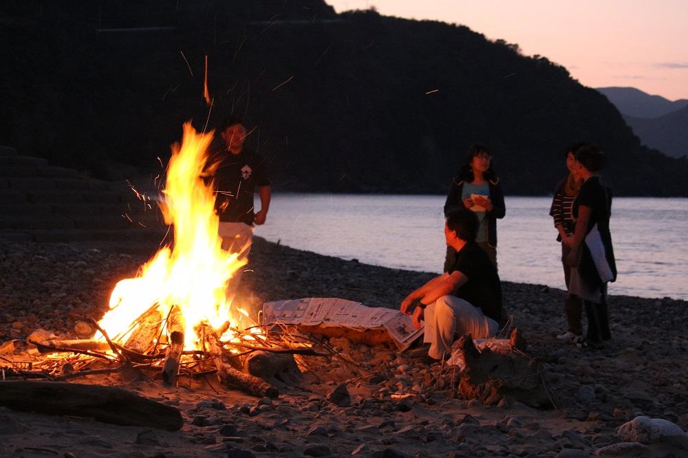 住用の浜辺で焚火