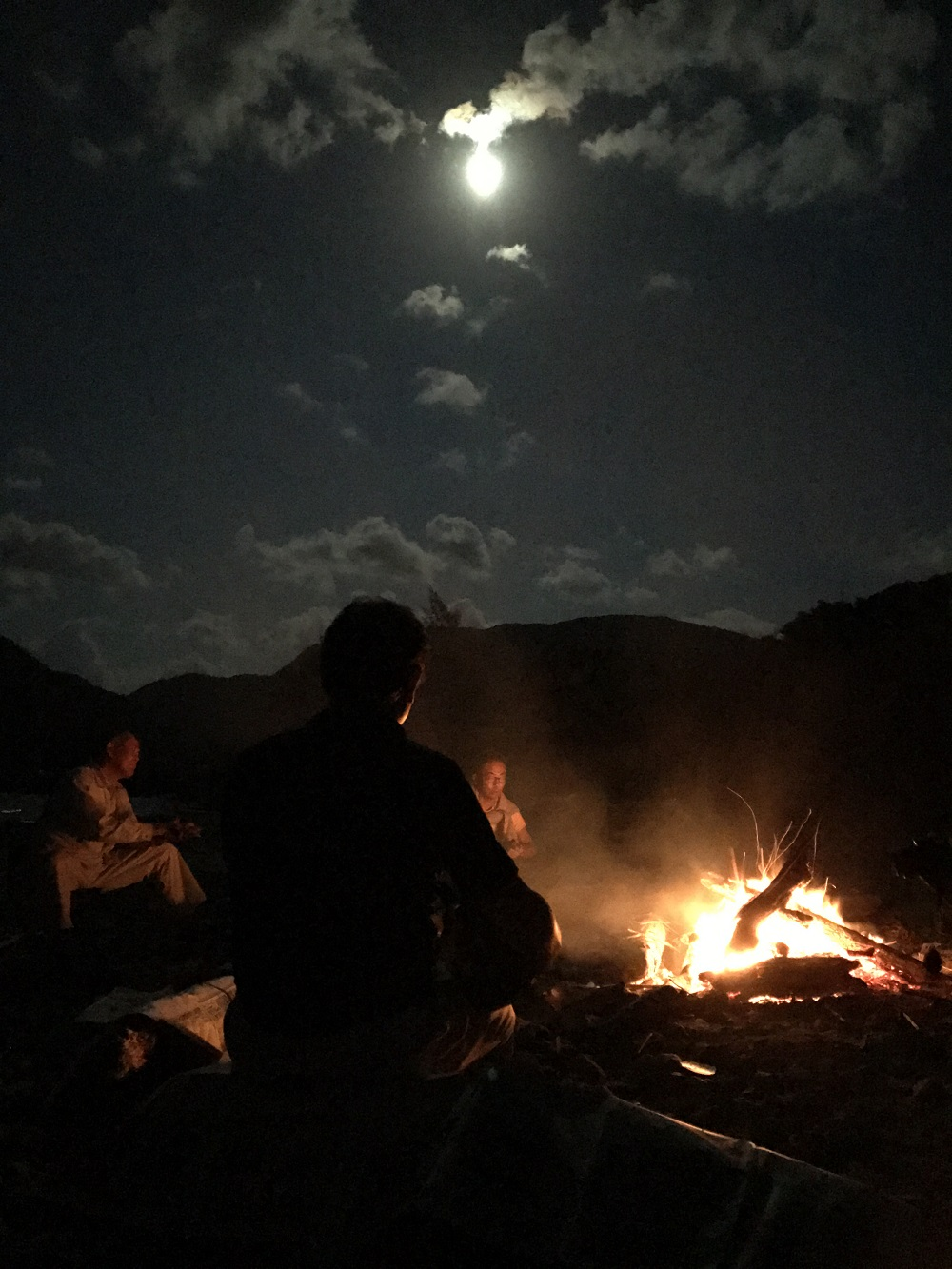 住用の浜の月と焚火