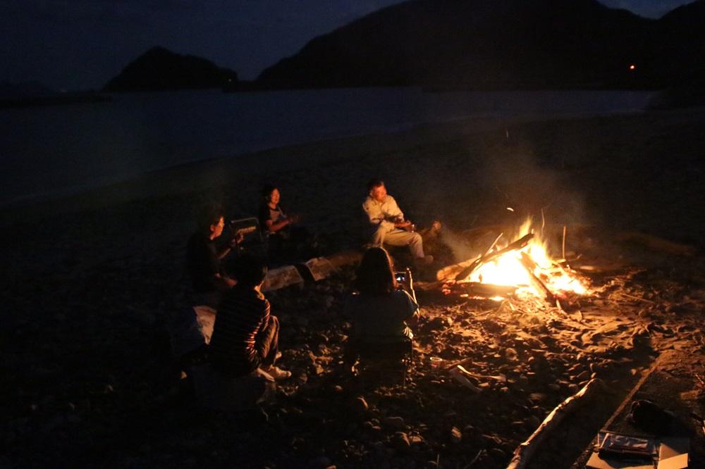 焚火を囲んで夜の唄あしび