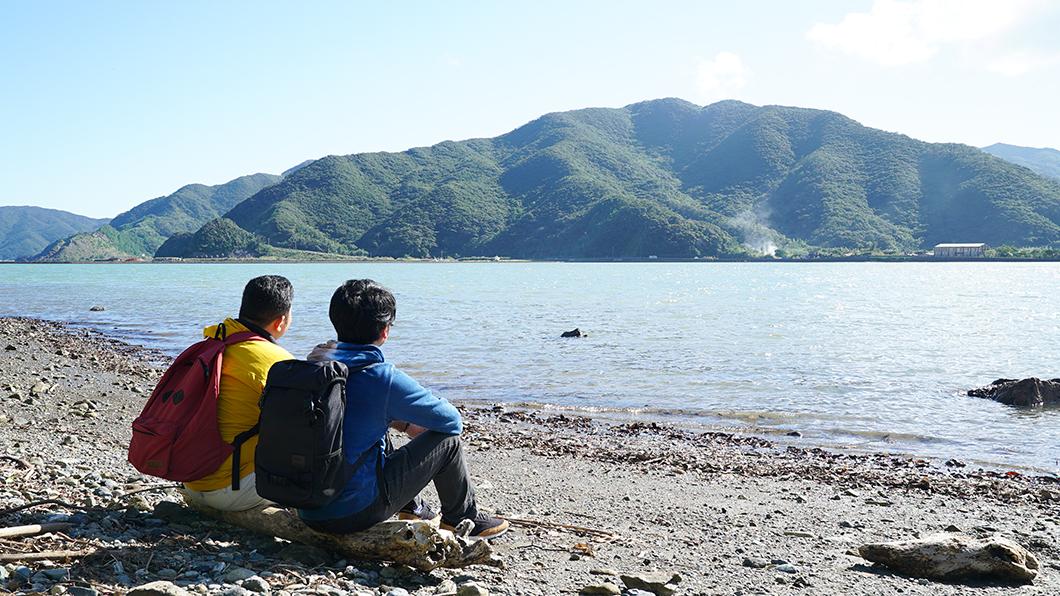 奄美の海と山を眺める男の人