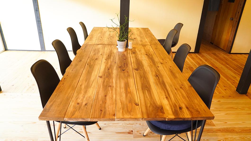 宇検村「とよひかり珈琲店」手作りのテーブル