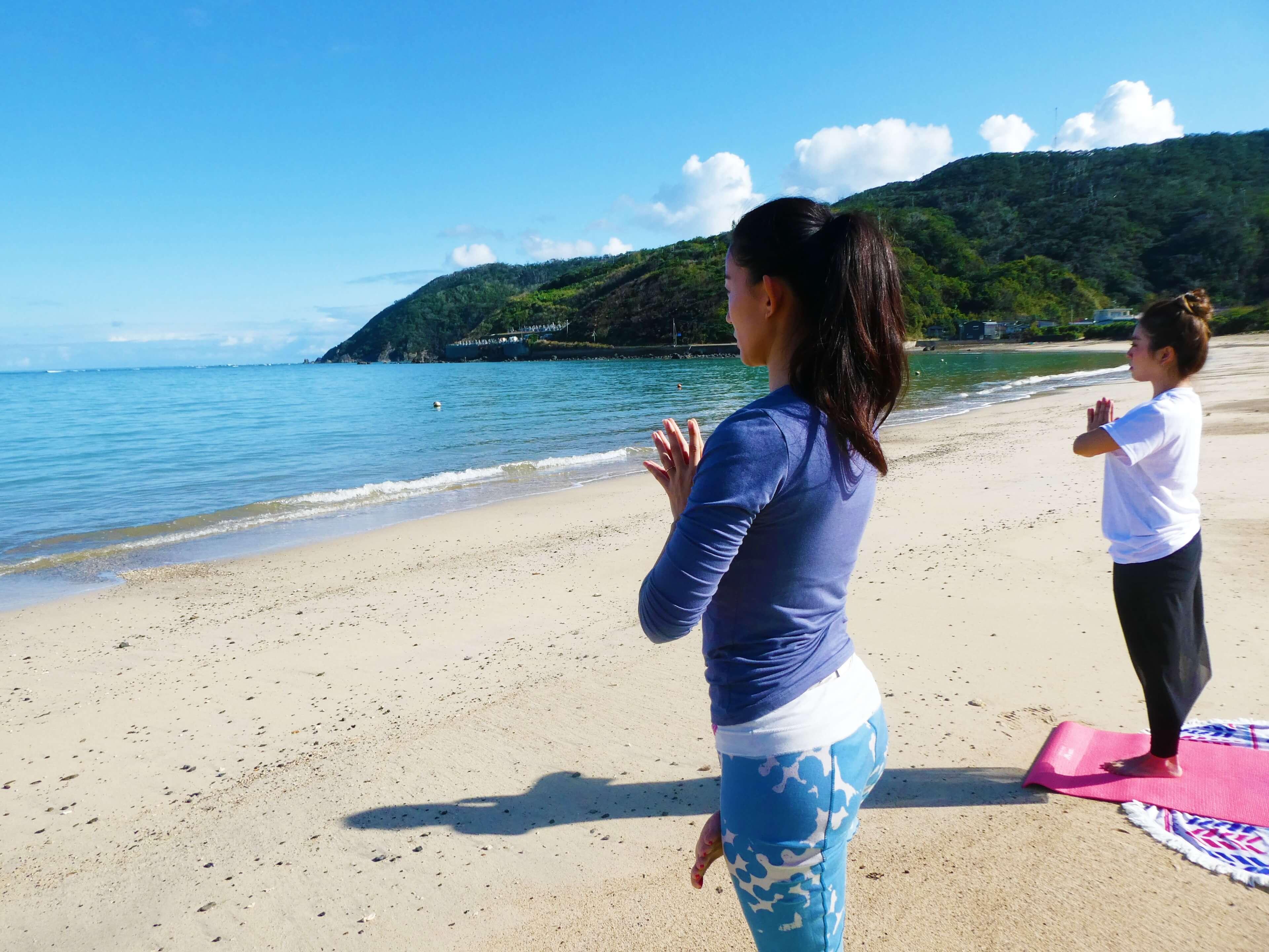 奄美大島の海を眺めながらビーチヨガ