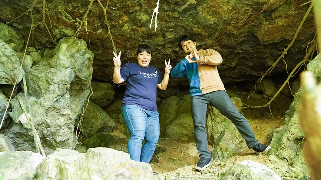 宇検村のガジュマルの樹の下にある穴