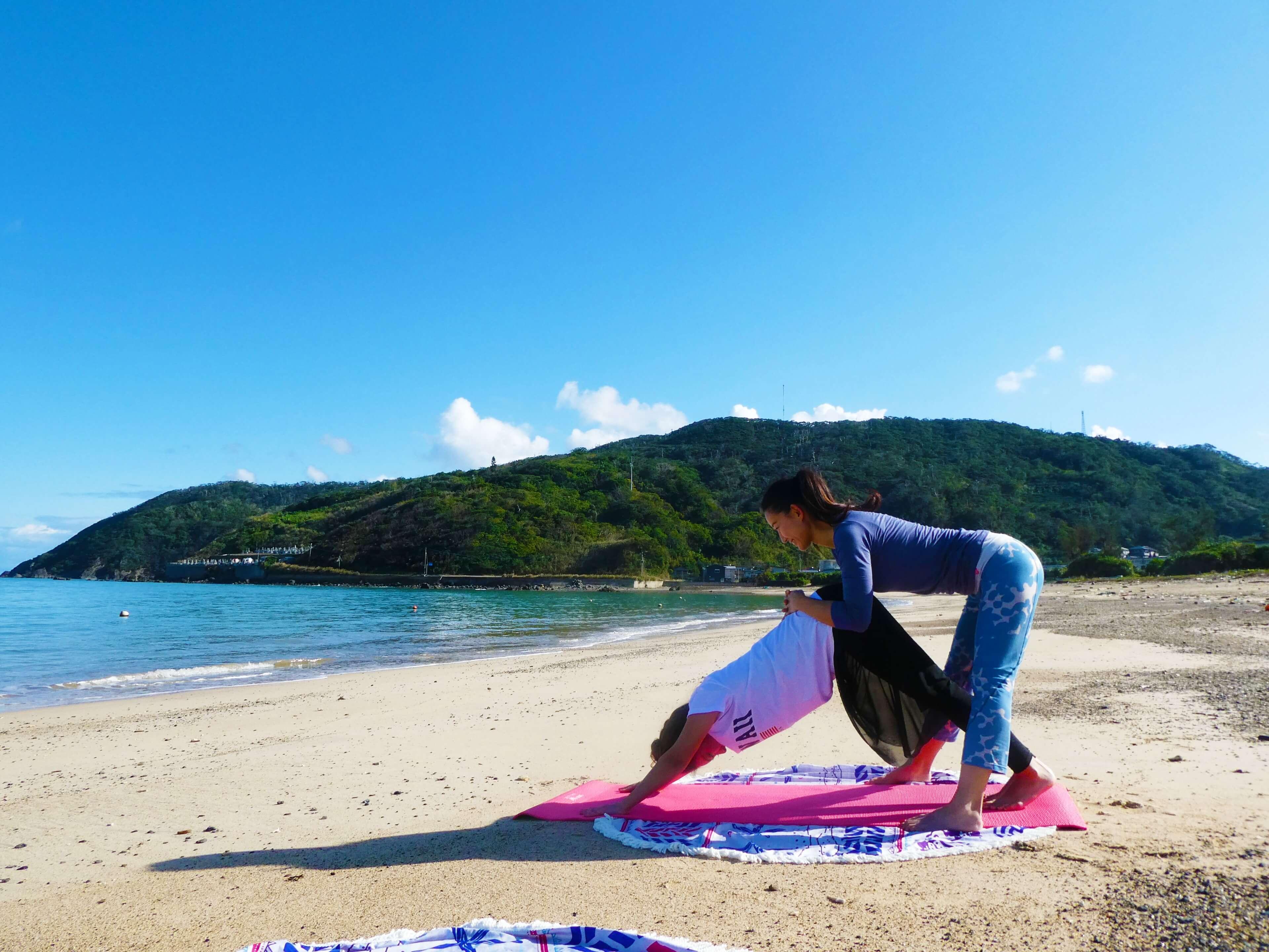 奄美の海と山を臨むビーチヨガ