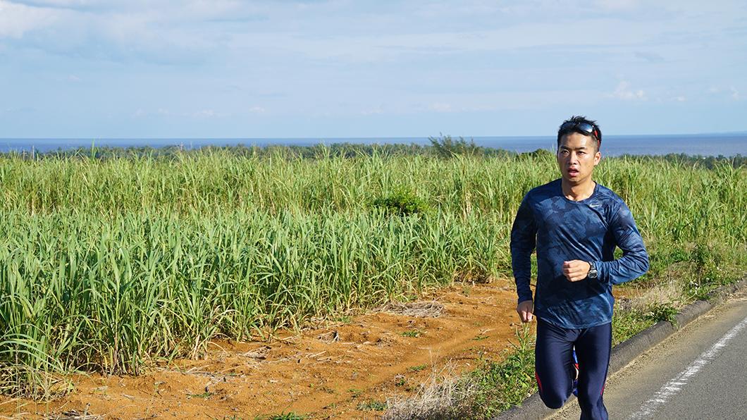 奄美市笠利を走る男性