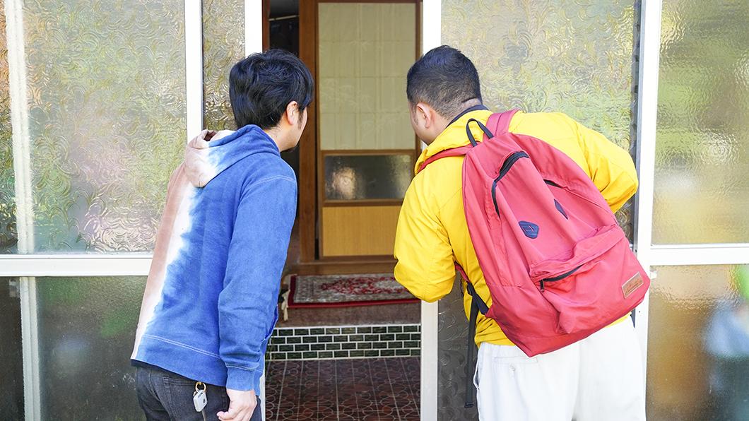 奄美市住用町の民家を訪ねる人