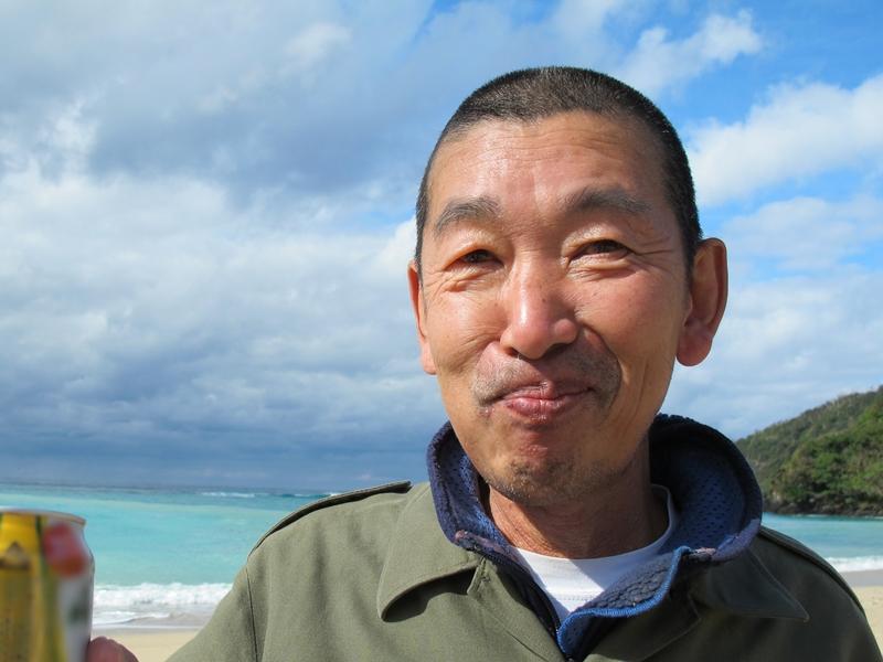 奄美国直集落のビロウの葉バッグづくり :高島茂雄